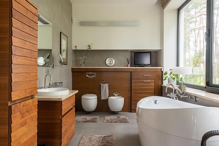 phòng tắm nội thất bằng gỗ với bồn tắm màu trắng